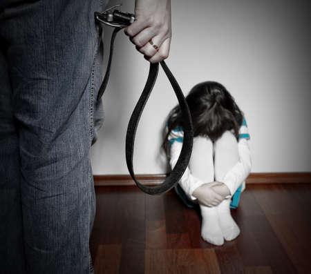maltrato infantil: Los matones de un padre sobre un niño indefenso