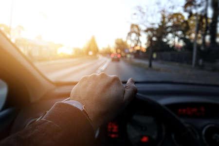 punctuality: El conductor va por la calle en un d�a soleado
