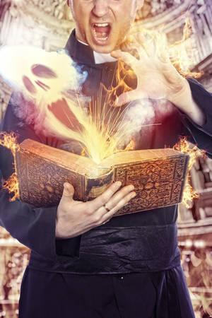 satanas: El sacerdote celebra el exorcismo