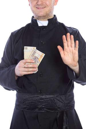 sotana: El joven sacerdote la celebraci�n de una gran cantidad de dinero en la mano Foto de archivo