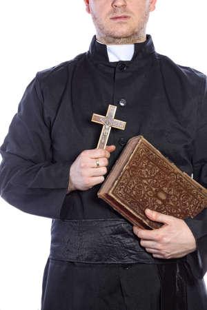 sacerdote: Sacerdote que sostiene una cruz y biblias Foto de archivo