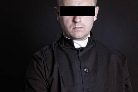 ojos vendados: Sacerdote con los ojos vendados sospechoso Foto de archivo