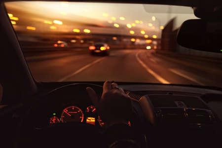 朝、車を運転して