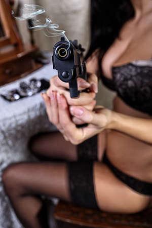 mujer con pistola: Sexy girl en el armario con un arma