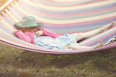 psicologia infantil: Chica joven descansando en una hamaca Foto de archivo