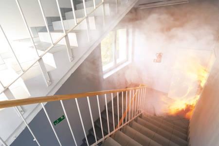 Nooduitgang - brand in het gebouw Stockfoto - 39845945