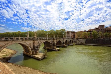 tevere: St. Angelo bridge in Rome