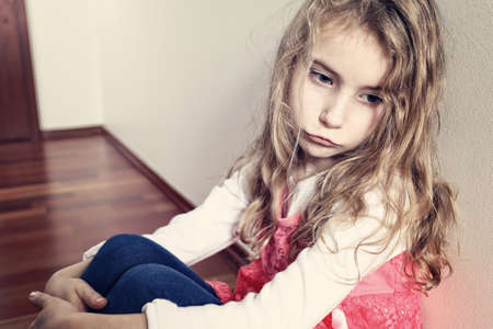 ni�os tristes: triste ni�a solitaria Foto de archivo