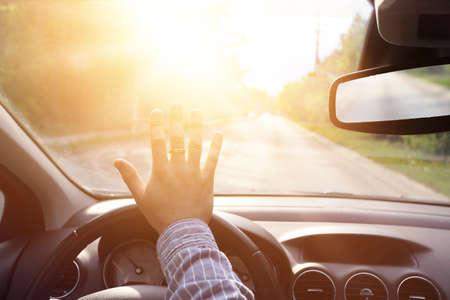 chofer: conductor cegado por una luz brillante Foto de archivo