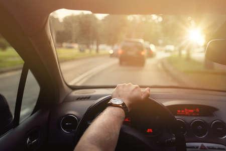 manejando: Conducir por la calle en el coche en un hermoso día soleado