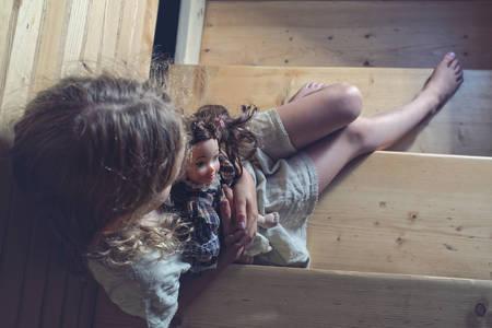 Die Zeile home - depressiv kleine Mädchen Standard-Bild - 42859557