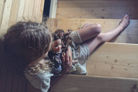 psicologia infantil: La fila en casa - deprimido niña Foto de archivo