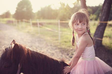 幸せな若い女の子乗馬馬