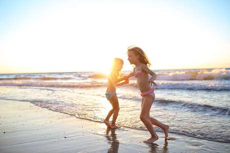 ragazze che ballano: Due giovani amici ragazze che ballano sulla spiaggia Archivio Fotografico