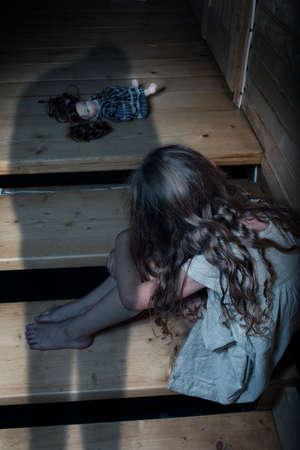 Eenzaam en angstig kind gemarteld door zijn vader