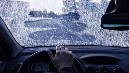 lluvia: La mala visibilidad en un día de invierno en el coche