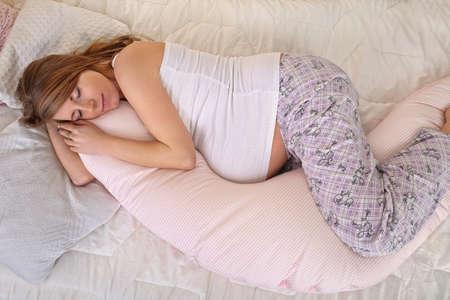 embarazadas estrenimiento: La mujer embarazada durmiendo pacíficamente en el dormitorio Foto de archivo