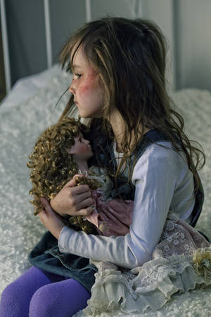 psicologia infantil: chica solitaria triste que se sienta en la cama Foto de archivo