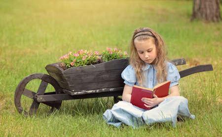 psicologia infantil: adolescente que lee un libro en el jardín