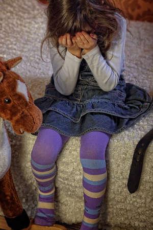 La violencia en la familia - asustado niña Foto de archivo