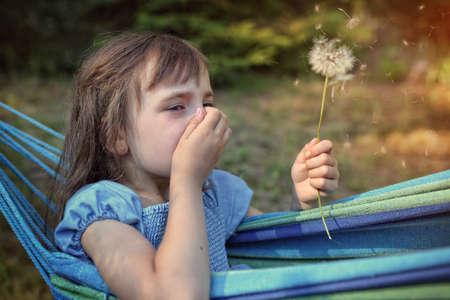 Jeune fille avec le rhume des foins
