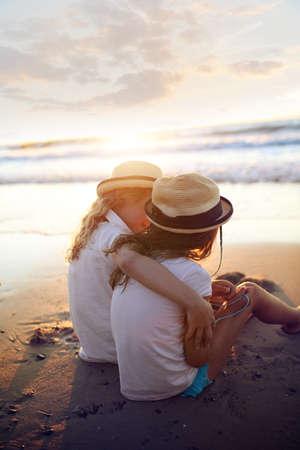 aventura de verano - dos niñas acurrucado fuera