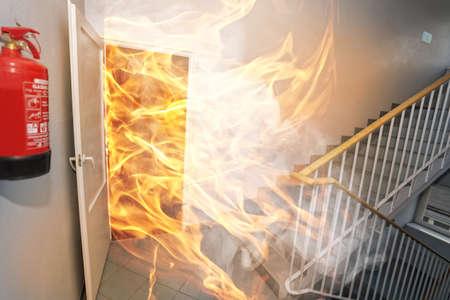 Gran incendio en el edificio de oficinas Foto de archivo - 55158442