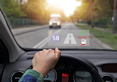 auto uitgerust met het hoofd van het systeem toont weinig brandstof