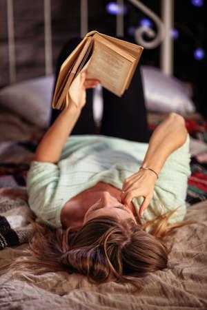 soledad: mujer relajada lectura de un libro en la posición de confort