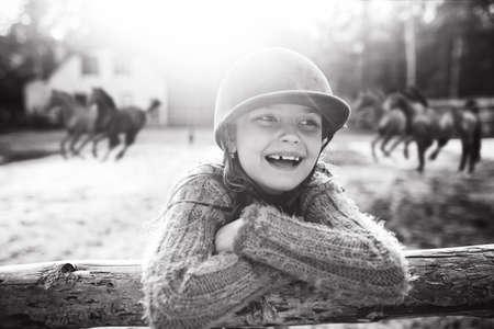 Gelukkig en lachend meisje in een stal