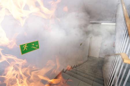 Forma de evacuar durante un incendio en un edificio u oficina Foto de archivo - 90912060