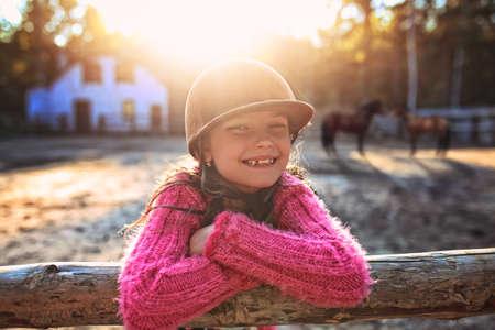 jong lachend meisje in de stal
