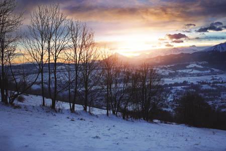 prachtige zonsopgang op een berghelling