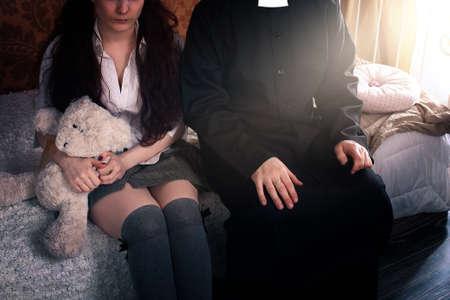 Priester und junges Mädchen in einem Rock