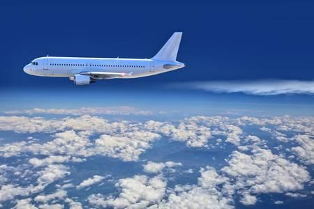 avión de pasajeros vuela en el techo