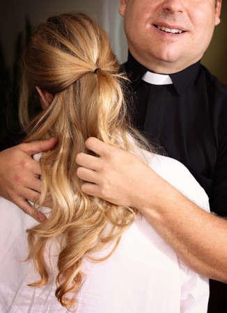prêtre avec une jeune fille mineure Banque d'images