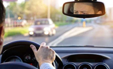 conduire une voiture par une journée ensoleillée