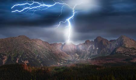 tormenta y relámpago sobre las montañas Foto de archivo