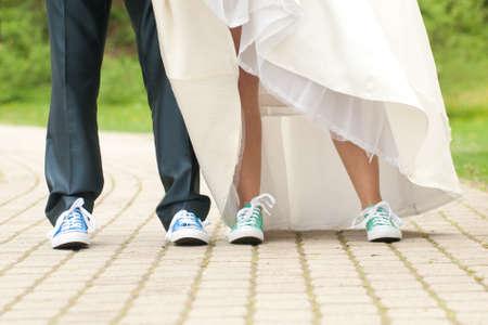 escarpines: La novia y el novio en zapatos del color de gimnasia