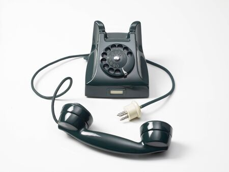 beyaz bir arka plan üzerinde tekerleğe eski yeşil telefon Stock Photo