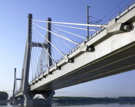 piacenza: puente de ferrocarril de alta velocidad TAV en el r�o Po, Piacenza, Italia