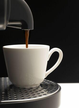 Güzel fincan kahve makinesi siyah arka plan üzerine Detay Stock Photo