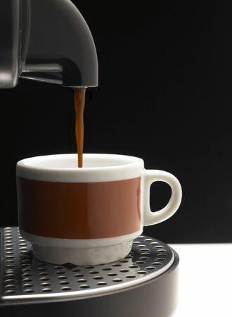 Siyah arka plan üzerine Detay iki renkli fincan kahve makinesi