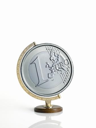 beyaz zemin üzerine euro sikke olarak yapılan küre, toprak haritası,
