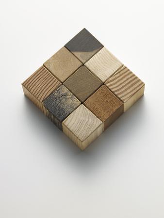 beyaz bir kutu içinde tahta küpler Stock Photo