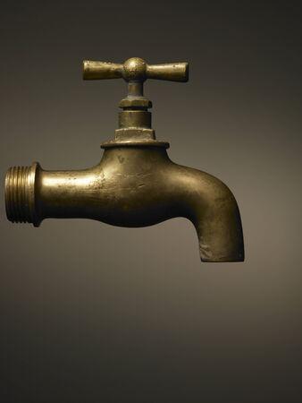 grifo agua: grifo de latón típicos en marrón Foto de archivo
