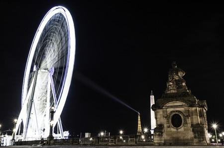 エッフェル タワー灯台に照らされた、Obelisque と、チュイルリー、パリ、フランス - 2017年 4 月 - 巨大な観覧車 (グランデ ・ ルー)、パリのコンコルド