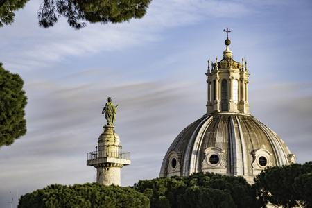 ドーム、像、ローマ フォーラム、ローマ イタリアから表示の木