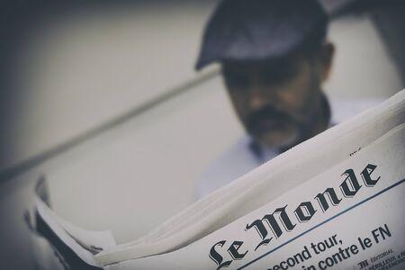 フランスの新聞ル ・ モンド フランス語大統領の最初のラウンドの後の日を読んでいるパリ、フランス - 2017年 4 月: 人