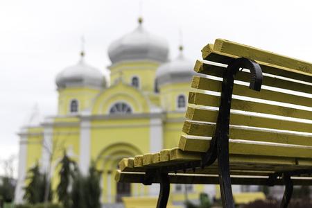 2 階の正統派教会と美しいベンチ